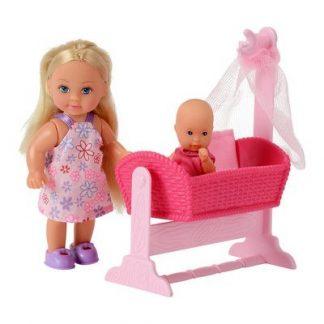Эви с малышом в розовой кроватке