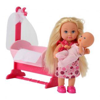 Эви с малышом в светло-розовой кроватке
